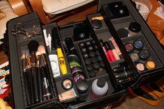 Make-up Kit Travel Beauty Pack Light Good tips for paring down travel beauty routine. Make Up Kits, Cute Makeup, Beauty Makeup, Hair Makeup, Beauty Tips, Beauty Ideas, Beauty Secrets, Hair Product Organization, Makeup Organization