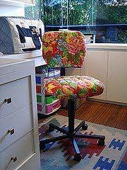 cadeira forrada de chita no blog detalhes magicos                                                                                                                                                      Mais