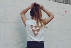 Camiseta con triángulo atrás | 41 Maneras fáciles de transformar tus camisetas