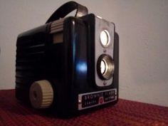 lámpara de mesa hecha con una antigua cámara de fotos, marca kodak brownie flash de los años 1946 - 1950. Adaptada como lamparilla, bombilla led en el interior y cable trenzado blanco y negro al estilo antiguo. dexoración vintage, retro. 65€