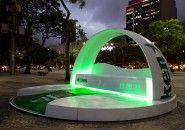Heineken instala sofá no Rio de Janeiro para assistir o nascer do sol