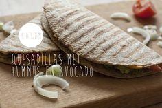 Quesadillas met hummus en avocado