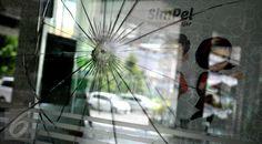 Bekas tembakan di kaca salah satu gedung setelah baku tembak yang terjadi antara polisi dan pelaku ledakan di Pos Polisi perempatan Sarinah dan Djakarta Theatre, Jakarta, Kamis (14/1). (Liputan6.com/Gempur M Surya)