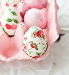 Easter egg idea - decoupage paper on eggs - love it Hoppy Easter, Easter Bunny, Easter Eggs, Spring Crafts, Holiday Crafts, About Easter, Diy Ostern, Easter Parade, Easter Celebration