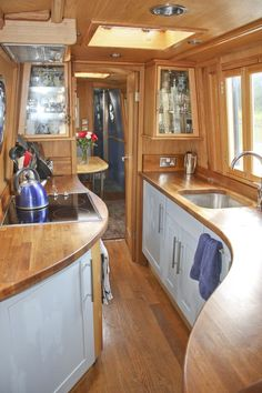 Have you been thinking about building your own boat, but think it may be too much hassle? Don't give up on your dream just yet! It is true that boat plans can be pretty complicated. Canal Boat Interior, Narrowboat Interiors, House Boat Interiors, Narrowboat Kitchen, Houseboat Living, Houseboat Ideas, Deco Studio, Floating House, Tiny House Movement