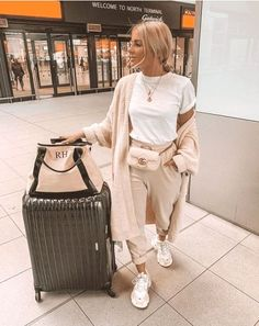 Best Ways To Look Chic And Comfortable With Travel Outfits For Fall style Best Ways To Look Chic And Comfortable With Travel Outfits For Fall Casual Travel Outfit, Cute Travel Outfits, Travel Outfit Summer, Traveling Outfits, Summer Vacation Outfits, Airplane Travel Outfits, Airport Travel Outfits, Summer Airplane Outfit, Airplane Fashion