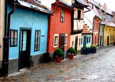 Avenida Dorada en Praga - El barrio de la Avenida Dorada albergaba a los guardias del Castillo y sus familias. Sin embargo, es célebre debido a que ahí vivió Kafka.