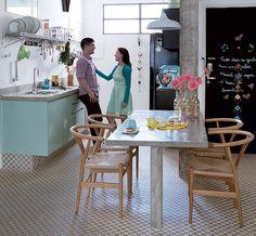 O casal de moradores tem estilos diferentes. Vanessa Gonçalves gosta do vintage e Dante Calligaris prefere o industrial. A solução do designer de interiores Marcel Steiner foi misturar os dois. Para ele, usou concreto na mesa e na bancada da cozinha