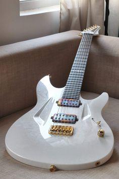 La White Marble Custom 060 par Aristides Guitars avec ses micros chromés. Retrouvez des cours de guitare d'un nouveau genre sur MyMusicTeacher.fr