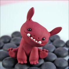 1 x Monster Charm  + 60cm Kette            Süßes kleines Monster aus Polymer Clay handgemacht.    Alle Figuren(Ringe, Ohrstecker, Anhänger, Mansche...