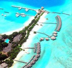 Akşam gün batımında kumsala kurulan masalar ve mumlar, masa etrafında çiçeklerle bezenen direklere sarılan tüller, salına salına sizi karşılıyor. Arkanızda palmiyeler, yanınızda mumlar ve eşsiz yemekler, önünüzde bir renk ki turkuazın açıktan koyuya çalanı. Karşınızda Güney Asya'da 1200 minik adadan oluşan bir cennet: Maldivler!