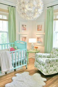 großer kronleuchter und frische helle farben im babyzimmer - 45 auffällige Ideen – Babyzimmer komplett gestalten