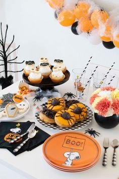 Host a Gingerbread Haunted House Decorating Party with Pottery Barn Kids. Andressa, creative director of Twinkle Twinkle Little Party, shows you how. Pink Halloween, Halloween Cakes, Halloween Season, Halloween Party Decor, Halloween Kids, Halloween Treats, Halloween Witches, Halloween Birthday, Halloween 2018