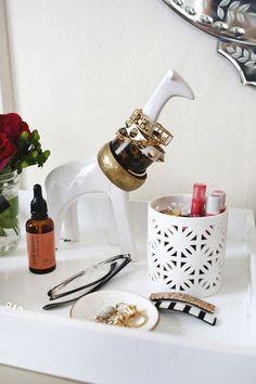 10 Ideas de joyería de almacenamiento Peculiar vía www.abeautifulmess.com