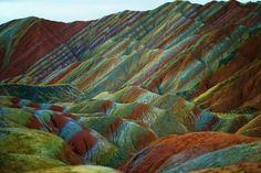 中国の甘粛省、張掖市のこの地形は、24万年以上にわたって赤い砂岩と鉱石が蓄積されることによって形成された。