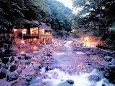 水上温泉郷のひとつに数えられる宝川温泉の秘湯宿です。 毎分1800リットルという圧倒的な湧出量があり、川沿いの好ロケーションに位置する4ヶ所の混浴露天風呂は、合計で470畳という日本屈指の広さを誇ります。 混浴ですが、湯浴み着が用意されているので女性でも入りやすいのがいいですね。