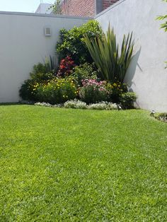 40 Front Yard Side Yard and Backyard Landscaping Ideas - Indignant corgi Front Yard Garden Design, Small Front Yard Landscaping, Garden Yard Ideas, Outdoor Landscaping, Landscaping Ideas, Corner Landscaping, Backyard Ideas, Back Gardens, Small Gardens