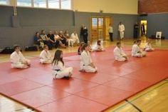 Aikido Kindertraining Linz Juni 2013: Kinderkyuprüfungen, Kinder warten auf die Ergebnisse der Prüfung
