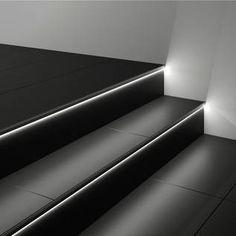 Geflieste Treppe mit beleuchteten Stufen
