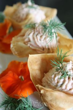 salmon mousse stuffed phyllo cups Appetizer Salads, Finger Food Appetizers, Best Appetizers, Appetizer Recipes, Phyllo Recipes, Potluck Recipes, Fish Recipes, Good Food, Yummy Food