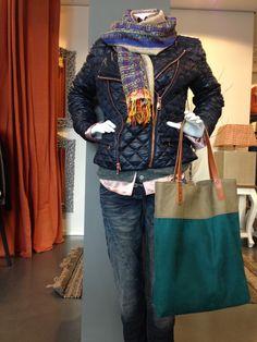 """Look of the day !   Jeans van """"Please Denim""""  Zijden blouse van """"Robert Friedman"""" Merino wollen vest van """"ALLUDE"""" Gewatteerde korte jas van """"COAST+WEBER+AHAUS""""  100% Zijden Sjaal  Leder shopper van """" SPRDLX"""""""