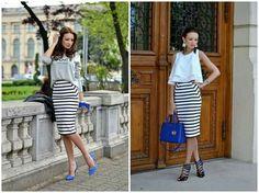 Falda lápiz de rayas blanco y negro, buzón gris, zapatos y bolso azul klein.