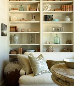 living rooms: wall white built-ins white sofa silver nailhead trim silk stripe floral blue pillows Chic, small living room with wall of white Living Room Built Ins, Small Living Rooms, Family Rooms, Living Room Modern, Living Room Decor, White Built Ins, Built In Bookcase, Bookcases, Bookcase Styling