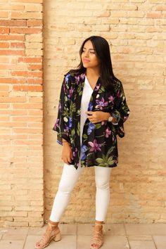 """El Kimono """"Eleganza"""" es la perfecta combinación entre un tejido elegante como es la gasa con un estampado floral lleno de color y estilo. Ideal para hacer looks de día y especialmente de noche.   #kimono #etsy #boho #bohenian #flores #flowers #mujer #women #ropa #clothes #bohostyle #ootd #outfit #lunes #look"""