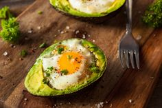 2 RECEPTY: Vajíčko pečené v avokáde, alebo miešané vajíčka s avokádom a bylinkami via @akademiakrasy