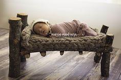 Estudio de fotos de recién nacido. Newborn photoshoot. Cute baby girl. Baby bed