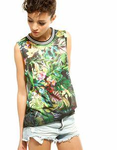 Camiseta Bershka perforada estampado tropical
