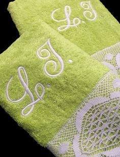 Juego de toallas con puntillas que puedes personalizar con tus iniciales. Tenemos 20 colores a elegir y puedes comprar estos juegos de toallas con tus iniciales bordadas en www.lagarterana.com