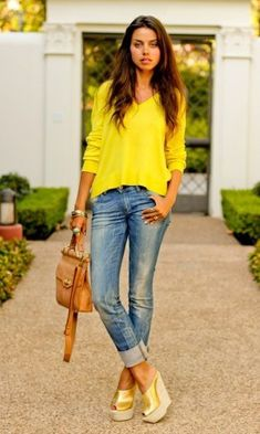 yellow sweater, rolled up jeans and wedges. I'd wear flats x Outfits Casual, Mode Outfits, Fashion Outfits, Pullover Outfit, Jumper Outfit, Yellow Sweater Outfit, Yellow Shoes Outfit, Yellow Sandals, Comfy Outfit