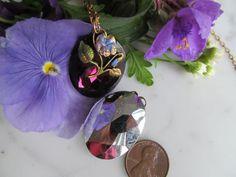 Une exclusivité qui sait ce que « A Violet d'un bijou » combine un grand antique améthyste ovale feuille d'argent dos Pierre avec une petite main peinte pansy constatation qui a un cerceau en haut qui fonctionne comme un cintre.  Disponible comme goutte (sans anneau de saut ou chaîne) ou comme un collier avec chaîne et goutte.  . Conçu à partir déléments vintage pour mes propres bijoux, je pensais que vous les aimerez dans vos bijoux aussi bien. Certaines de ces pierres sont parfaitement…