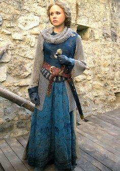 LOOK! LOOK! IT'S A FEMALE CRUSADER WHO DOESN'T LOOK LIKE A DORK OR A SLUT!!!! <3