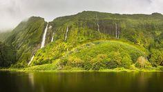 Que tal embarcar comigo até aos Açores e fazer uma Viagem Fotográfica? É simples: descarregue a app #ClickPedras e encontre ou crie a forma da garrafa de Pedras no meio da natureza. Descarregue a app aqui: http://clickpedras.pt Veja o regulamento aqui: http://ift.tt/2zanf4R