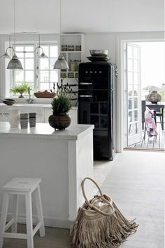 black and white modern country style kitchen. A smeg :) Smeg Fridge, Retro Fridge, Smeg Kitchen, Kitchen Interior, Kitchen Decor, Sweet Home, Modern Country Style, Cocinas Kitchen, Retro Furniture