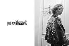 """Jeśli śledzicie na bieżąco naszego Instagrama (@fashionpost.pl), a w szczególności story to z pewnością widzieliście, że niedawno mieliśmy okazję być na backstage'u planu kampanii Paprocki&Brzozowski. Widzieliśmy więc, co duet projektantów przygotował na nadchodzący sezon, a teraz prezentujemy sesję wizerunkową kolekcji """"Julia's not dead"""". Zobaczcie koniecznie!"""