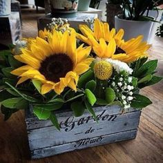 5 Warm and Beautiful Farmhouse Fall Decoration Ideas - Decorreal Sunflower Home Decor, Sunflower Wedding Decorations, Sunflower Party, Rustic Sunflower Centerpieces, Sunflower Floral Arrangements, Deco Floral, Fall Crafts, Silk Flowers, Fall Decor