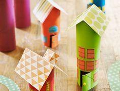 fabriquer une maisonnette en carton soi meme en rouleau de papier toilette et toiture en papier cartonné, bricolage enfant facile et intéressant