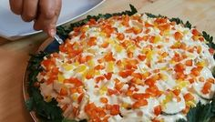 Фото к рецепту: Незабываемый салат с креветками на Новый год + домашний майонез