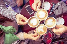 Groupe d'amis boire un cappuccino au Café bar restaurant - Photo