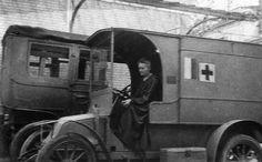 Marie Curie (https://pinterest.com/pin/287386019941617803/) au volant de son Renault radiologique.