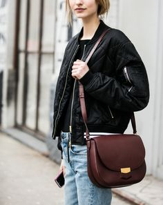 Oui au télescopage entre bombers noir et sac classique chic marron chocolat ! (photo A Love is Blind)