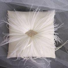 Almofada Porta Aliança M COM PLUMAS DE AVESTRUZ  Cor Of-White Broche