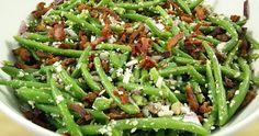 Lækker bønnesalat med bacon, mandler og parmesanost. Utrolig skøn og smagfuld salat, som både kan spises som hovedret eller som dejligt mættende tilbehør.