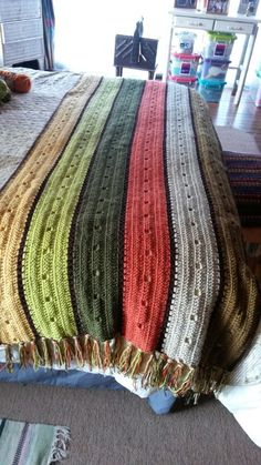 Piesera de lana tejida a crochet Crochet Afgans, Knit Or Crochet, Crochet Stitches, Christmas Crochet Patterns, Crochet Blanket Patterns, Knitting Patterns, Crotchet Blanket, Crochet Bedspread, Knitted Blankets