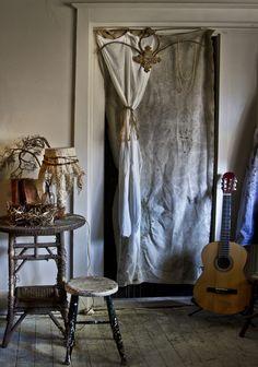 http://www.mrandmrscharlie.com/images/blog_images/large/bedroomandguitar2.jpg
