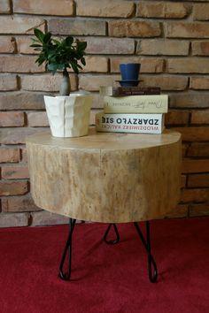 """Stolik kawowy z pnia jesionowego o nieregularnym kształcie z nóżkami """"nieskończoności""""."""