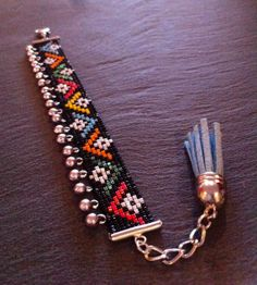 Maasai bead loom Cuff Bracelet with silver charms par TDFTheDreamFactory, €22.00